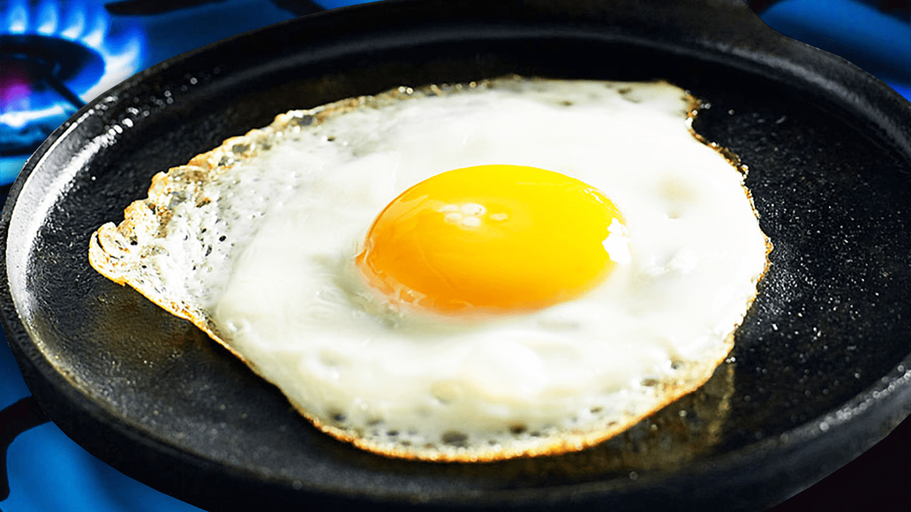 How to Fry an Egg with Oil in the Pan - How to Fry an Egg with the Sunny Side Up