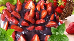 Strawberry Chocolate Cake (Easy Strawberry Cake Recipe)
